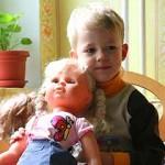 Мальчик играет в … куклы!
