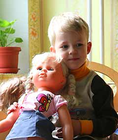 Мальчик играет в ... куклы