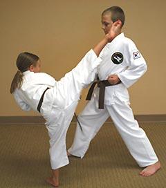 В средних и старших классах ваш ребенок уже сам в состоянии определиться в направлении секций по самообороне, которые ему нравятся