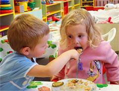 Малыш, который собирается в детский сад, должен уметь самостоятельно есть и пользоваться ложкой