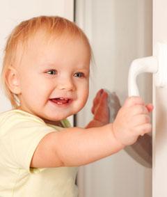 Даже двухлетний ребенок может легко открыть окно, всего лишь потянув на себя ручку современного пластикового стеклопакета