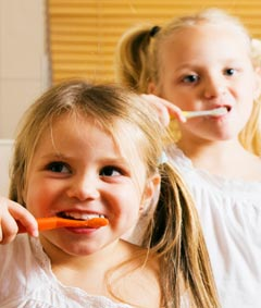 Такие вещи, как регулярная (2 раза в день) чистка зубов, умывание и мытье, конечно же, должны прививаться с самого раннего возраста родителями