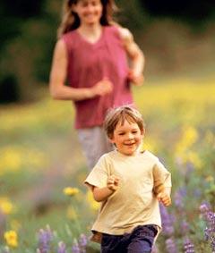 По мере взросления ребенка нужно начинать делать утреннюю гимнастику, совершать пешие прогулки, походы в лес