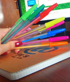 Для школьника будет предпочтительнее обыкновенная шариковая ручка