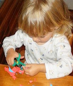 Как научить малыша пользоваться ножницами